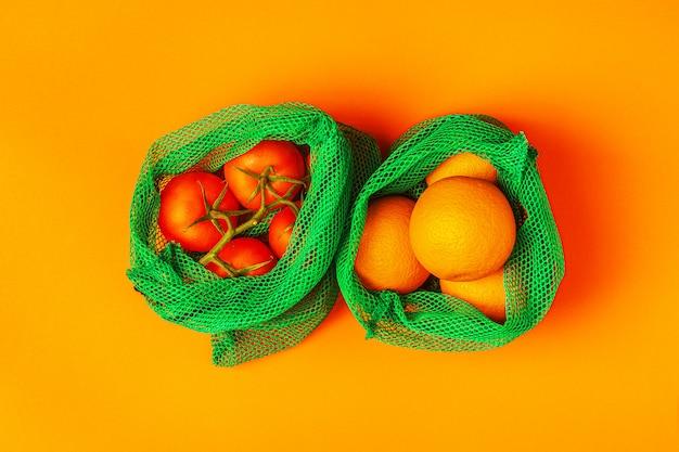 Свежие фрукты и овощи в многоразовых мешках из текстильной сетки