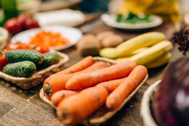 木製のテーブルのクローズアップで新鮮な果物と野菜