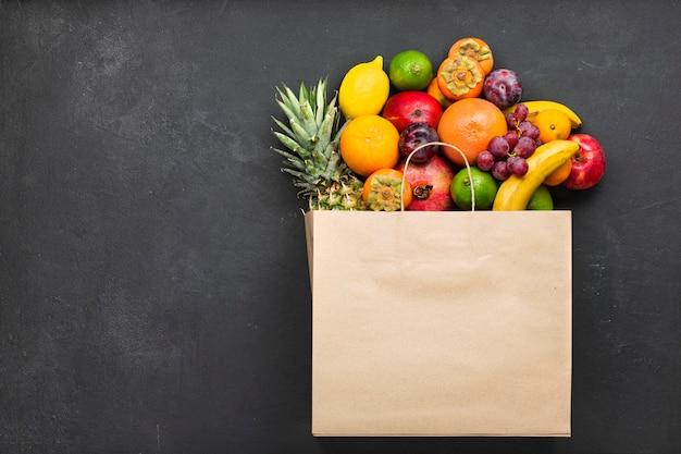 新鮮な果物は健康的な食事の基礎です。果物をクローズアップ