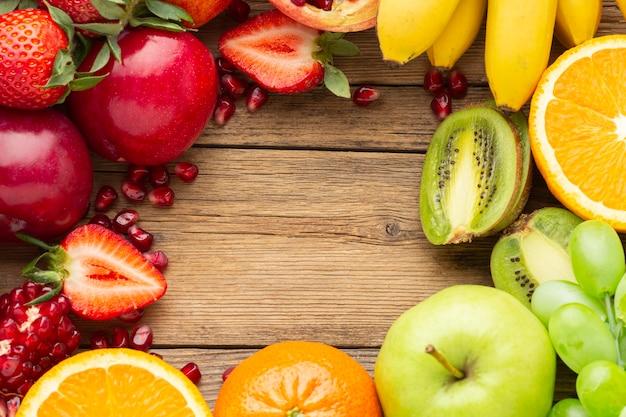 コピースペースのある新鮮な果物のアレンジメント