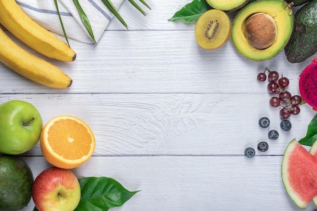 新鮮な果物の背景。健康食品、新鮮な有機果物の背景。健康的な食事栄養の概念。フラットレイ、コピースペース付きの上面図。