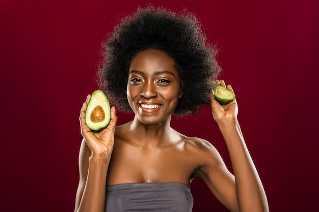 Свежие фрукты. довольная милая женщина улыбается вам при здоровой диете