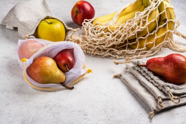環境に優しいバッグに入った新鮮な果物