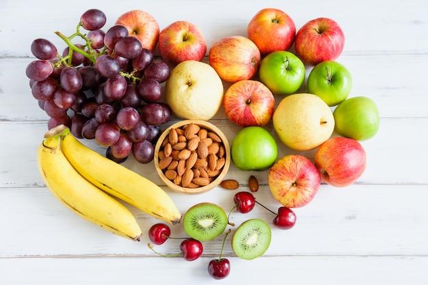 Свежие фрукты в форме сердца