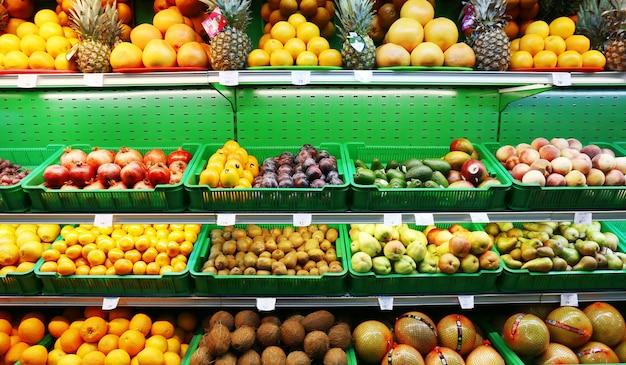 Свежие фрукты в супермаркете