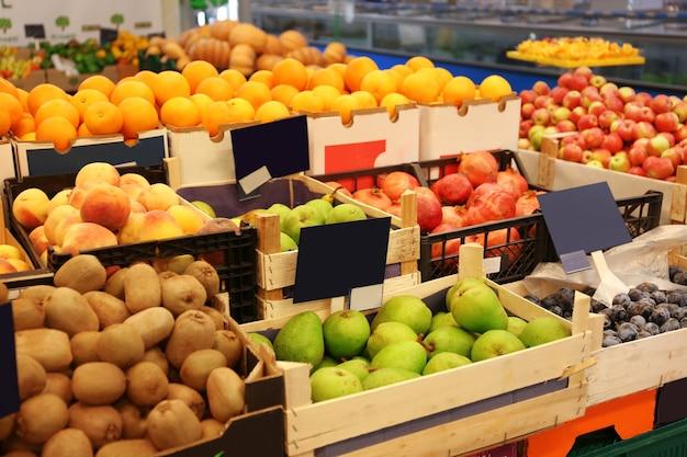 スーパーマーケットの新鮮な果物