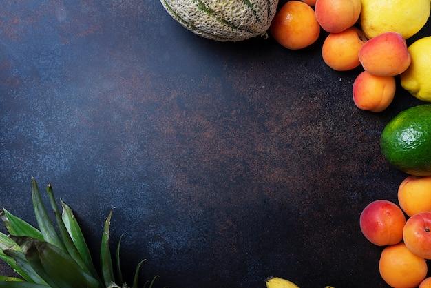 Свежие фрукты на темной поверхности