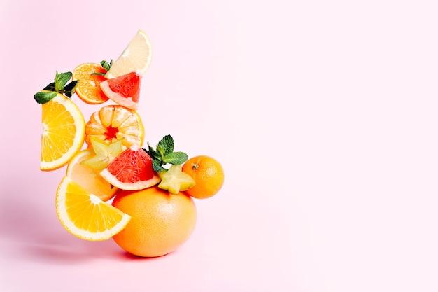 Свежие фрукты на розовом