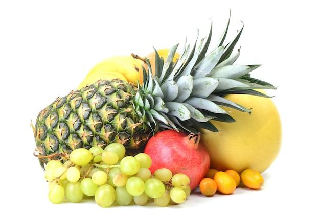 白い背景の上の新鮮な果物