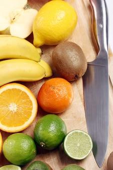 Свежие фрукты на деревянной доске