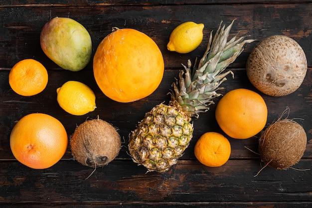 신선한 과일 열대 구성 세트, 오래 된 어두운 나무 테이블 배경, 평면도 평면 누워