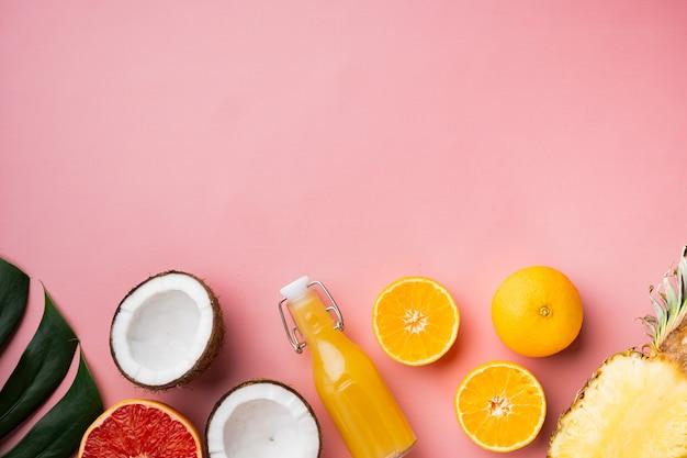 신선한 과일 열대 컴포지션 세트, 분홍색 질감 여름 배경, 상위 뷰 평면 누워, 텍스트 복사 공간