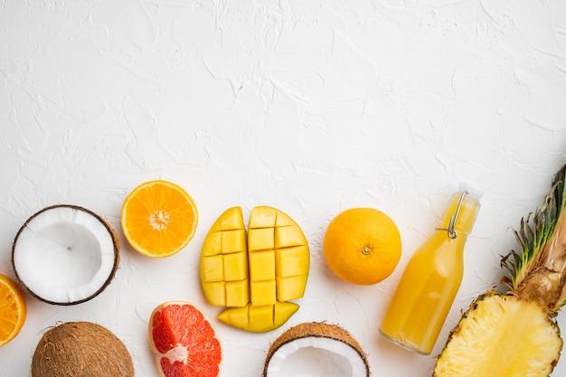 신선한 과일 열대 조성 세트, 흰 돌 테이블 배경, 평면도 평면 누워, 텍스트 복사 공간
