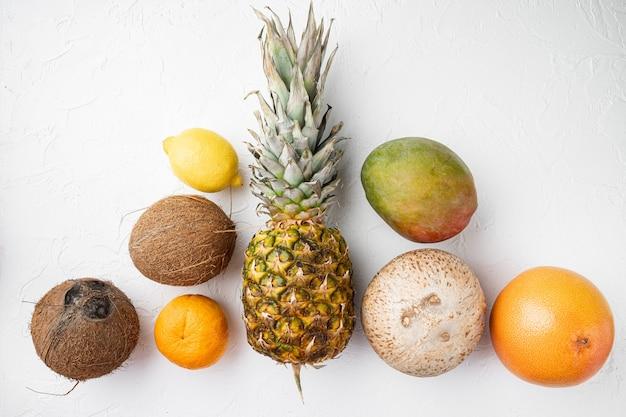 신선한 과일 열대 구성 세트, 흰 돌 테이블 배경, 평면도 평면 누워