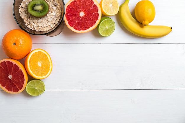 흰색 나무 배경 평면도 위에 줄자가 있는 신선한 과일