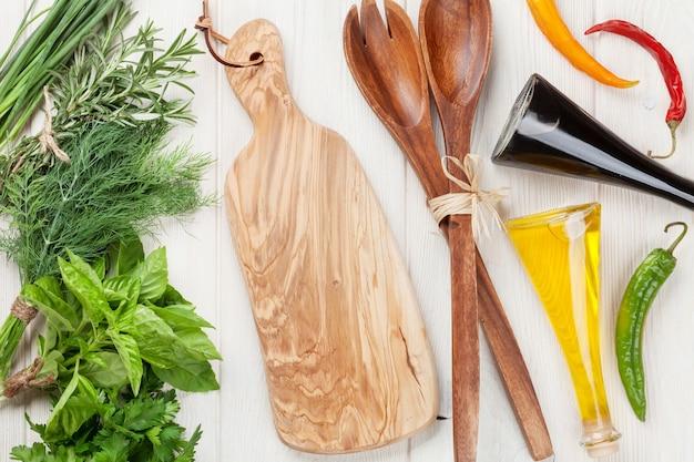 木製のテーブルに新鮮な庭のハーブとスパイス。上面図