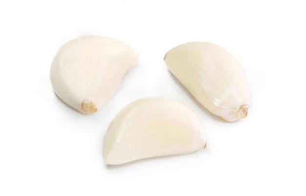 白い切り欠きに分離された新鮮なニンニク