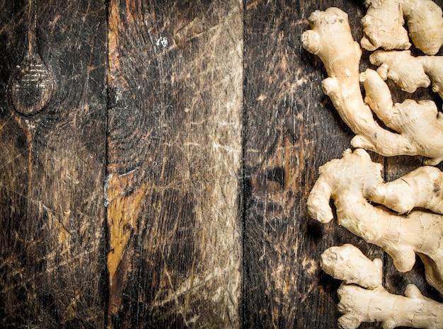 生姜。木製の背景に