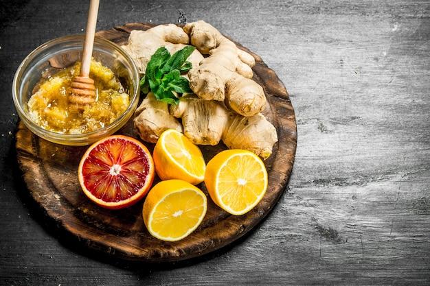 보드에 꿀, 레몬과 신선한 생강. 검은 칠판에.