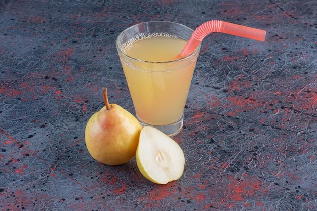 Bicchiere di succo di pera fresco con frutta