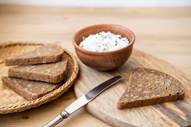 조각으로 자른 신선한 곡물 빵