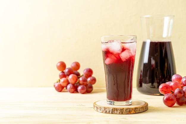 Свежий виноградный сок на фоне дерева