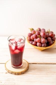 木のテーブルの上の新鮮なブドウジュース