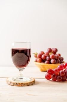 Свежий виноградный сок на дереве