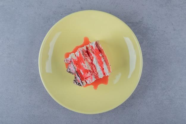 黄色いプレートにソースと新鮮なグレープフルーツケーキ