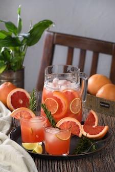 フレッシュなグレープフルーツのカクテル。グレープフルーツ、ライム、ローズマリーの小枝、アイスキューブと新鮮な夏のカクテル。