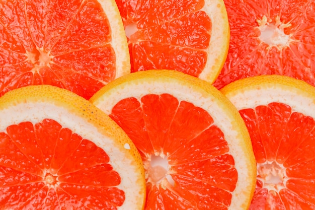 Ломтики свежего грейпфрута. крупный план. горизонтальный.