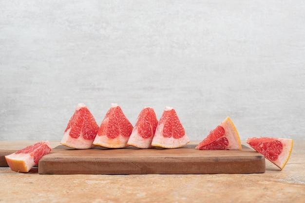 木の板に新鮮なグレープフルーツのスライス。
