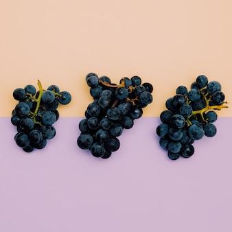新鮮なブドウ。果物のコンセプト。最小限のフラットレイアート