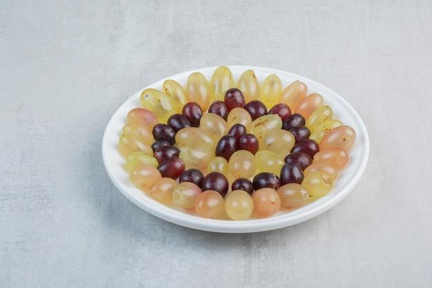 돌 배경에 신선한 포도 접시입니다. 고품질 사진