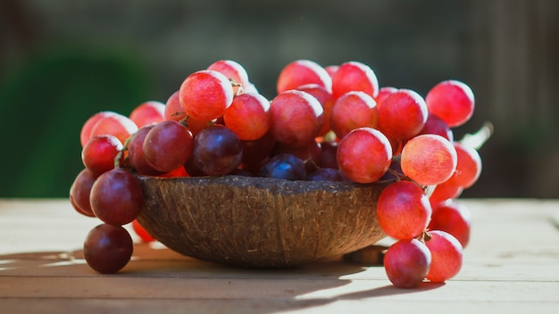 Свежий виноград. красный виноград с естественной концепцией. с доступным светом