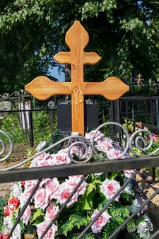 묘지에 십자가가 있는 신선한 무덤. 슬픔과 기억. 수직의.