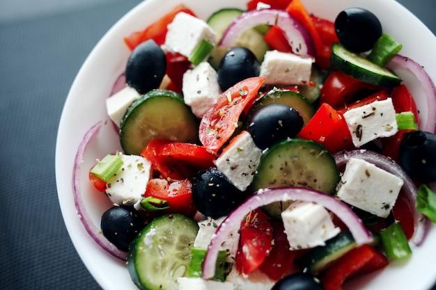 Свежий греческий салат. средиземноморская кухня.