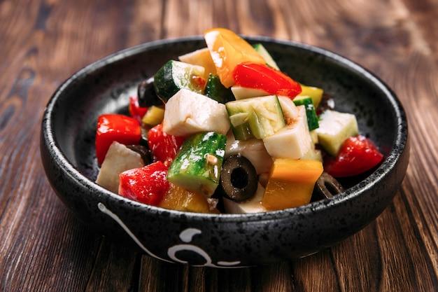 신선한 그리스 샐러드 야채 올리브 치즈 그릇