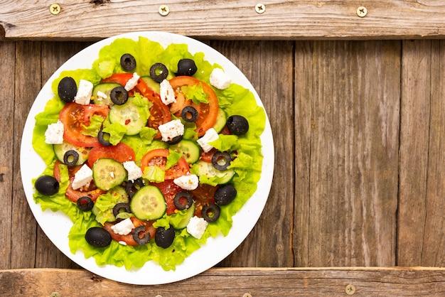 フェタチーズと新鮮なギリシャ風サラダ。上面図。スペースをコピーします。