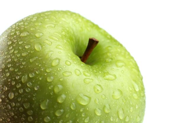 Свежее зеленое яблоко, изолированное на белом