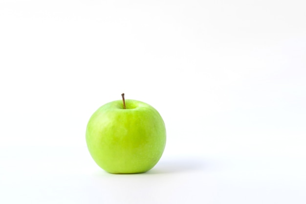 分離された新鮮な青リンゴ