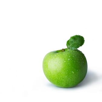 ドロップと新鮮な青リンゴ。ファイルにはクリッピングパスが含まれています。専門的にレタッチされた高品質の画像。
