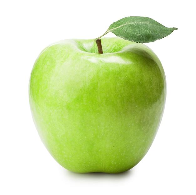 Свежее зеленое яблоко с зелеными листьями
