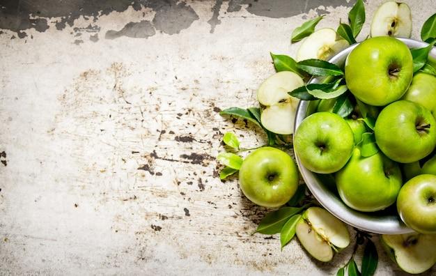 소박한 배경에 접시에 신선한 녹색 사과. 텍스트를위한 여유 공간. 평면도