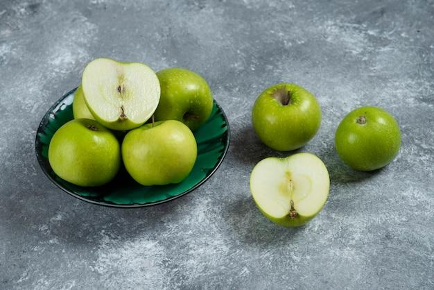 녹색 그릇에 신선한 녹색 사과입니다.