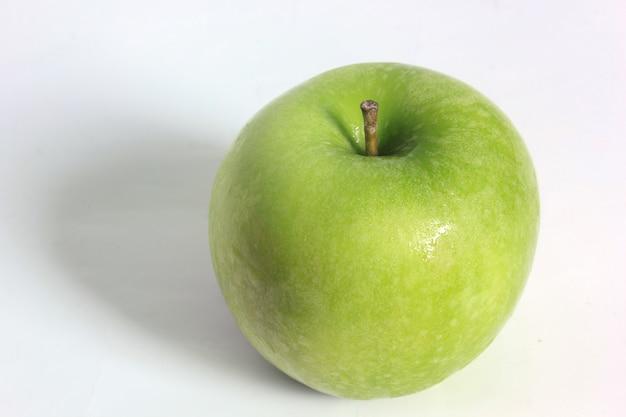 흰색 바탕에 신선한 녹색 사과입니다.