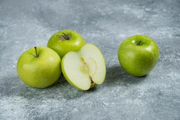 대리석 바탕에 신선한 녹색 사과입니다.