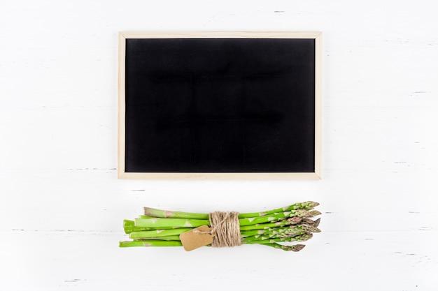 검은 칠판 프레임 배경으로 신선한 녹색 아스파라거스