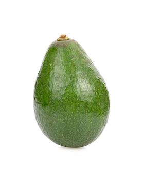 Свежий зеленый авокадо, изолированные на белом фоне