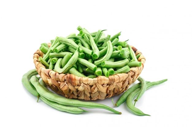 白のバスケットに新鮮な緑の豆。